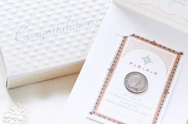〈PORTADA〉シックスペンスコイン ネックレス+キラキラHAPPYBOX電報プレシャスホワイト