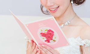祝電を読む花嫁