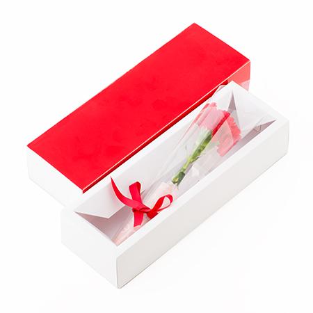 カーネーション(生花)を赤いボックスにいれてお届けします。