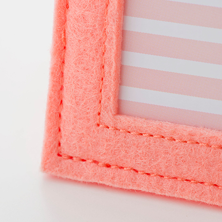ピンク色のフエルト地のソフトなフレームです