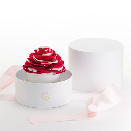 淡いピンク色のリボンを解くと大輪のバラが現れます