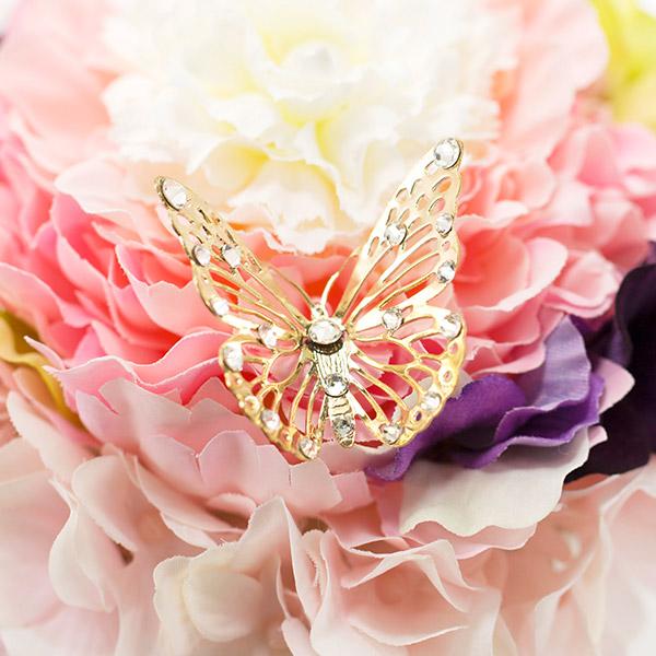 ラインストーンをちりばめたゴールドに輝く蝶のオブジェ