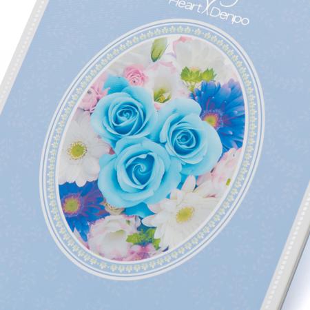 中央にブルーのバラを配したデザイン