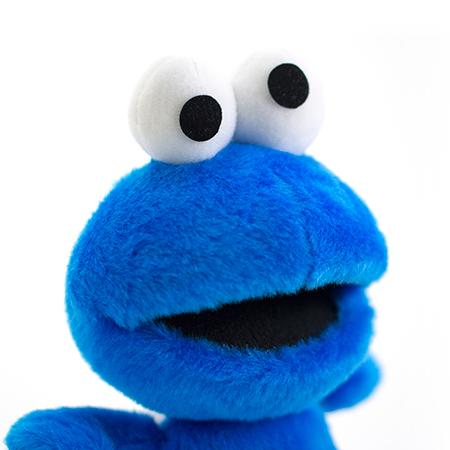 クッキーをほおばる大きな口も!