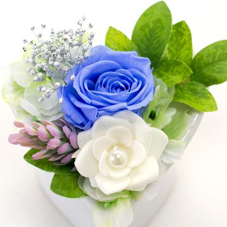 落ち着いた色合いのブルーのバラをメインに