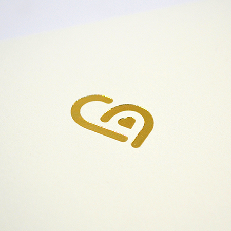 ハート電報のロゴの箔押しでシンプルに