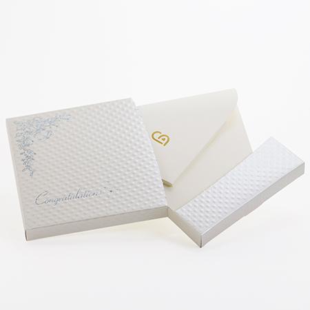 電報はキラキラHAPPYBOXのプレシャスホワイトでお届けします。