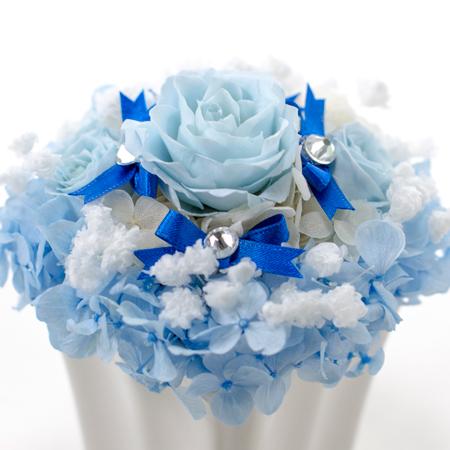 ブルーローズの飾りの付いたドレスをイメージ