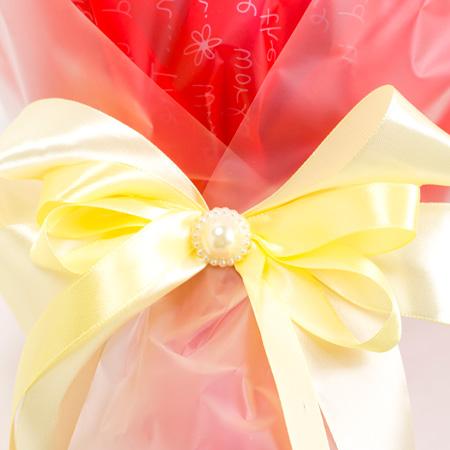 リボンの中心はパール調の飾りがついています。
