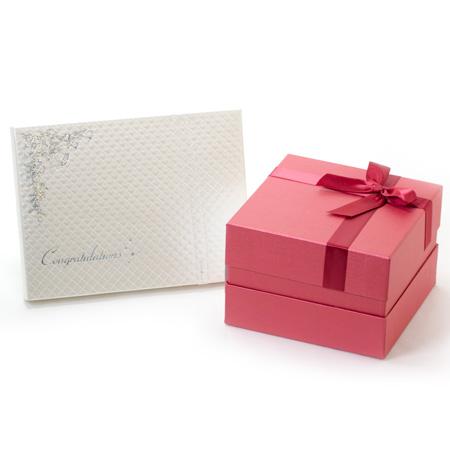 赤いボックスに赤いリボンのパッケージです。