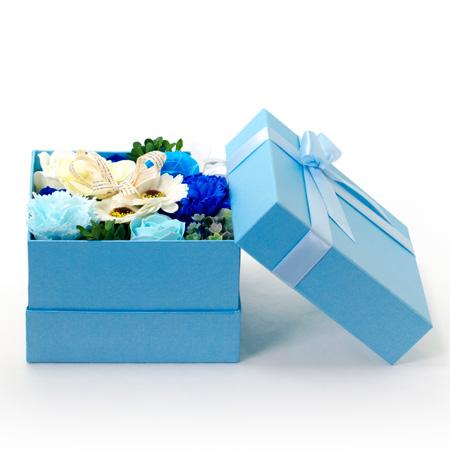 青いボックスにいっぱいのフラワー