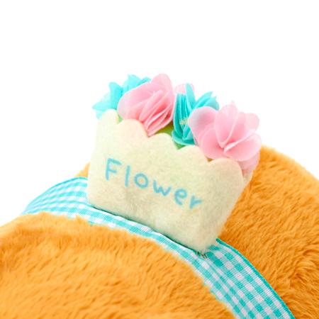 摘んできたお花が入ったカゴを背負っています。