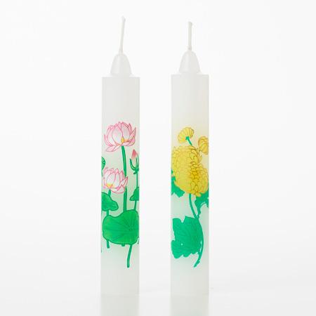 蓮と菊の花が描かれた絵ろうそく