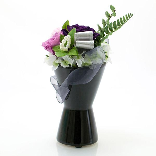 黒の落ち着いた佇まいの花器