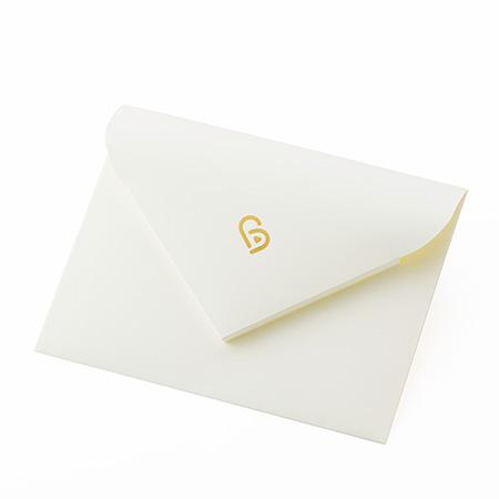 ギフトボックスの中にメッセージの入った封筒を入れてお届け。