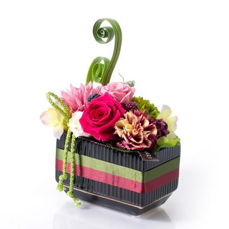 帯を巻いた和風の花器がいい味わいを出しています