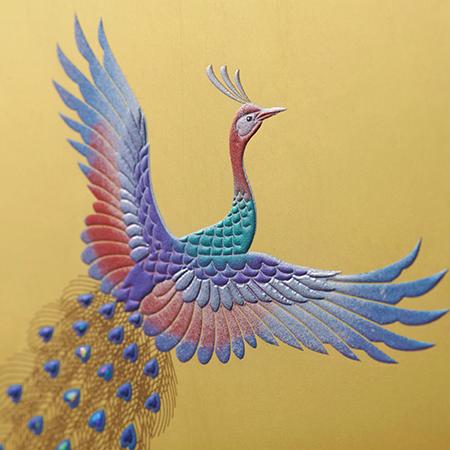 羽の一枚一枚に緻密なカッティングが施された孔雀