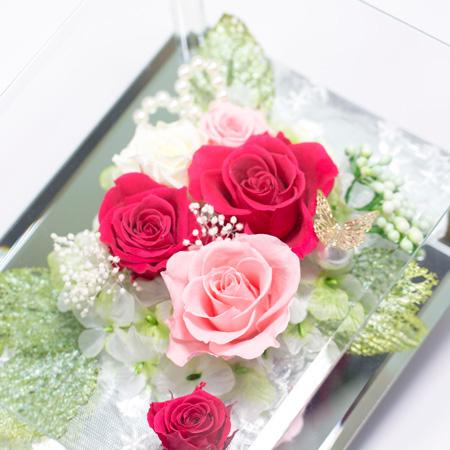 中央の淡いピンクのバラでやさしい仕上がりに。