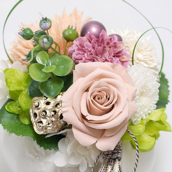 優しい色合いのくすみピンクのバラ