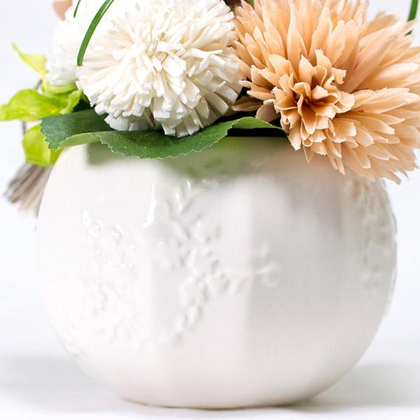 丸いフォルムに小花をあしらった花器