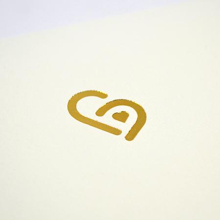 ゴールドで箔押ししたハート電報ロゴ