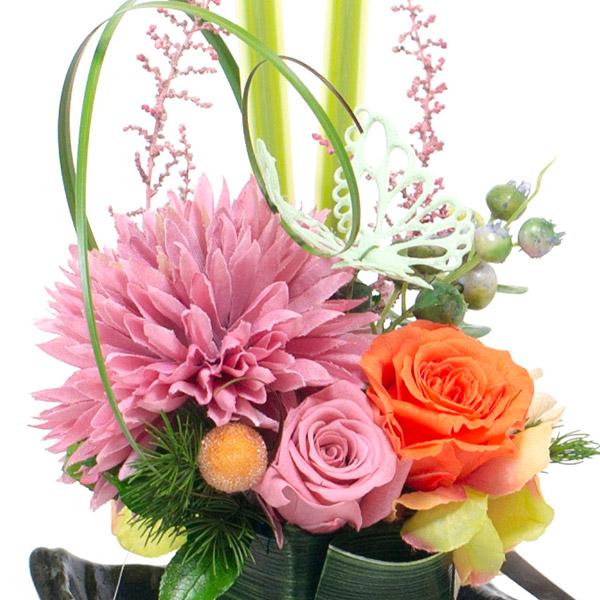 鮮やかなオレンジのバラが華やかなアクセントに。
