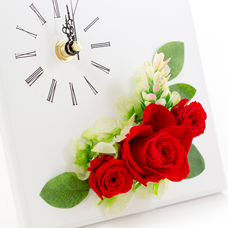 赤いプリザーブドフラワーがあしらわれた時計