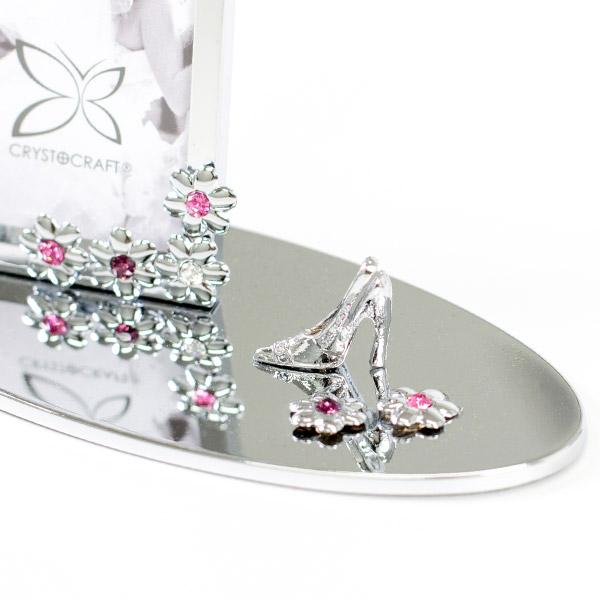 中心にクリスタルをあしらったお花と靴