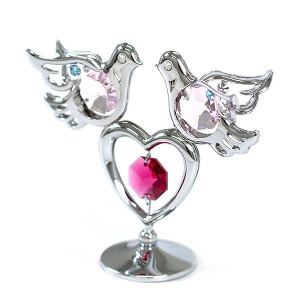 幸せの象徴の鳩とハートの組み合わせ。
