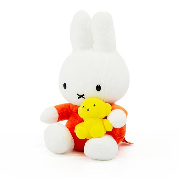 大好きなくまちゃんを抱きしめて。