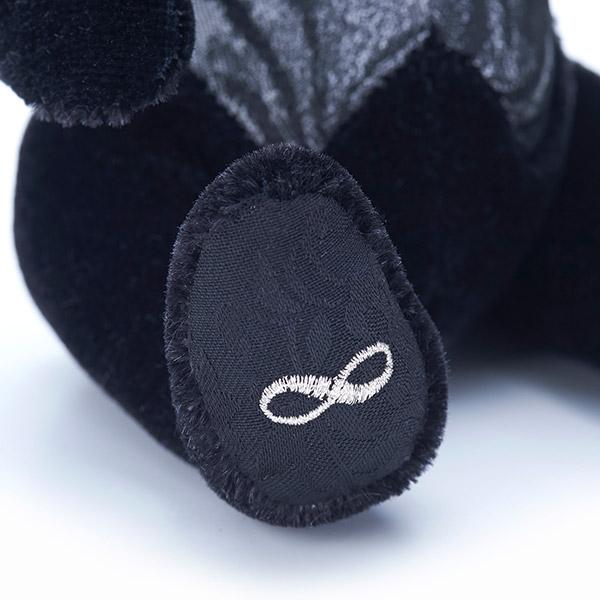 右足の裏には刺繍された「無限」のマーク。