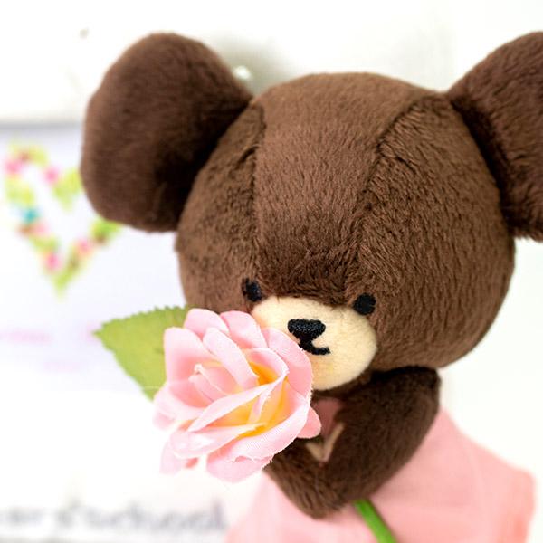 ピンクの大きなお花を抱えて。